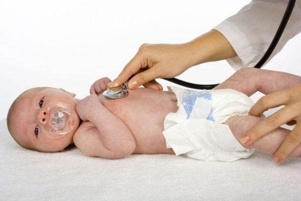Если родители заметили малейшие вкрапления крови в кале малыша, необходим осмотр врача