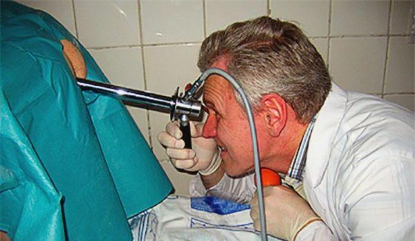 Аноскопия - осмотр прямой кишки с помощью специального прибора, оснащенного камерой и фонариком