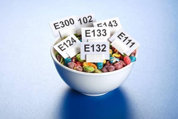 Продукты с красителями, консервантами и усилителями вкуса нужно исключить из рациона