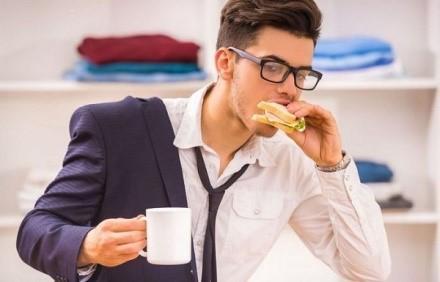 Быстрое поедание пищи - одна из наиболее частых причин образования метеоризма