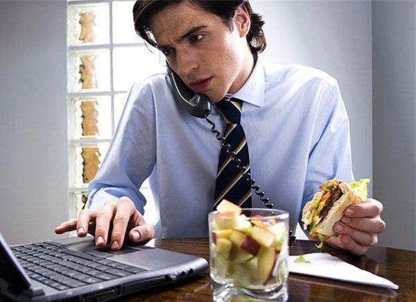 Быстрый перекус из-за спешки провоцирует новые приступы голода, что чревато перееданием, ожирением и болезнями желудка