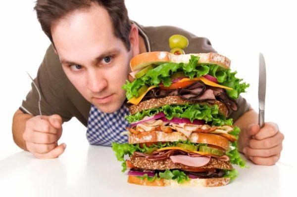 Частое переедание ослабляет сфинктер и способствует забросу кислоты в пищевод