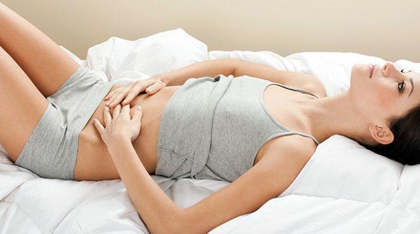 Чтобы снизить болевые ощущения, нужно лечь на спину и постараться расслабиться