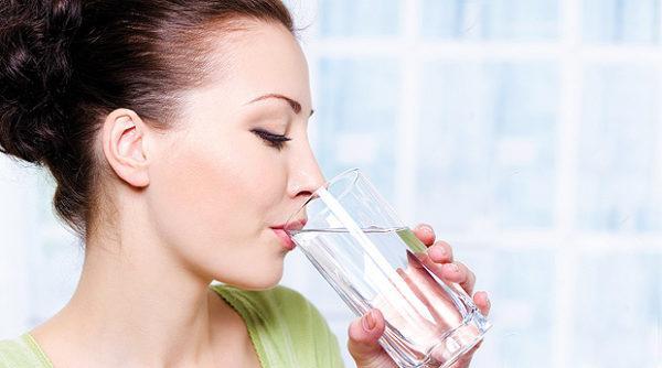Для предотвращения образования камней нужно пить как можно больше воды, но только хорошего качества и без газа