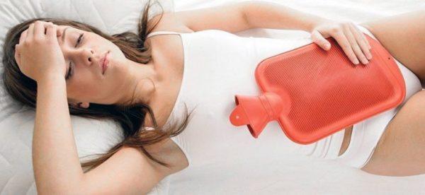 Для устранения боли можно прикладывать к животу теплую грелку, но перед этим нужно проконсультироваться с врачом