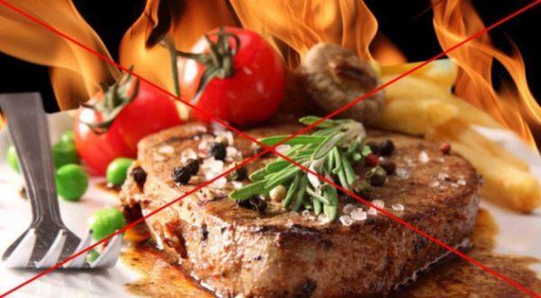 До нормализации состояния следует исключить употребление жареных блюд, соленых, острых и слишком жирных