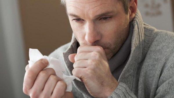 Изнуряющий кашель - один из первых симптомов рака легких