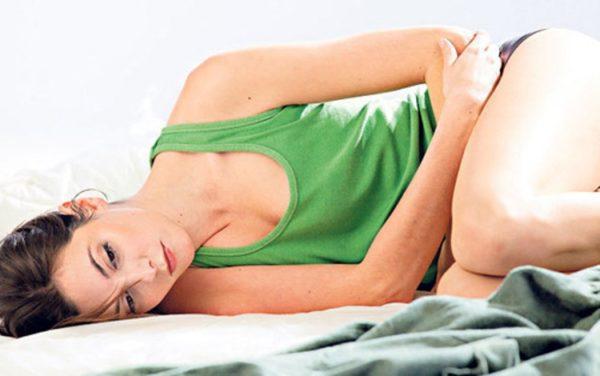 Как проявляется запор при менструации