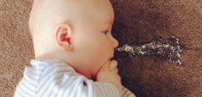 Когда малыш срыгивает, нужно заметить объем вышедшей жидкости