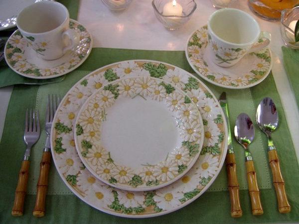 Красивая посуда и сервировка в сочетании с приятной спокойной обстановкой во время еды благотворно влияют на пищеварительные процессы