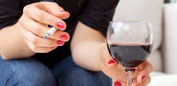 Курение и алкоголь часто провоцируют заболевания пищеварительной и мочеполовой системы, которые проявляются болевым синдромом в животе