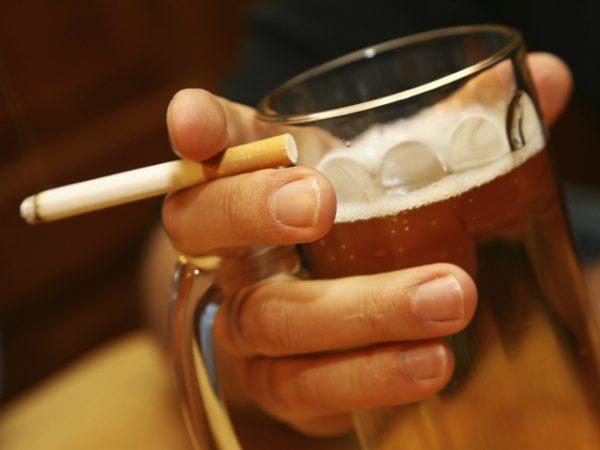 Курение и алкоголь негативно воздействуют на пищеварительную систему и нередко являются причиной изжоги