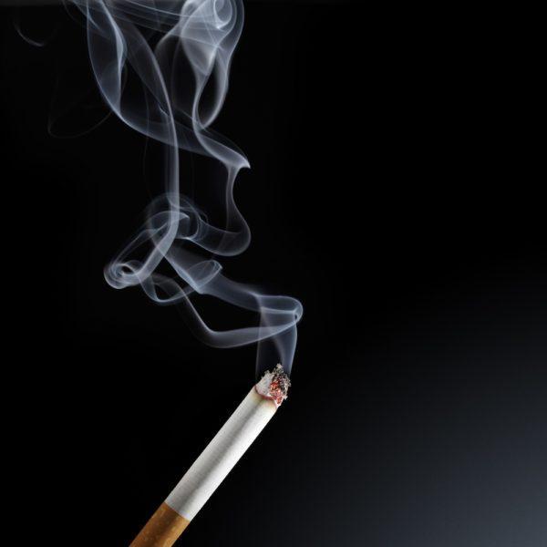 Курение может стать причиной горечи во рту и тошноты