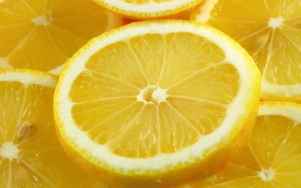 Лимонные дольки помогут справиться с тошнотой