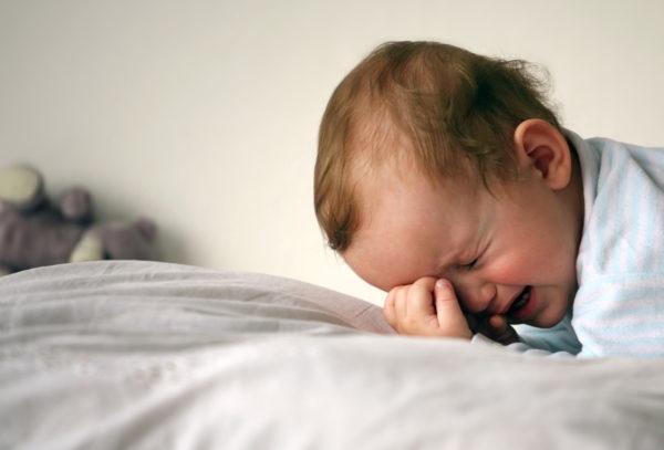 Малыши при заражении острицами плохо спят и часто плачут