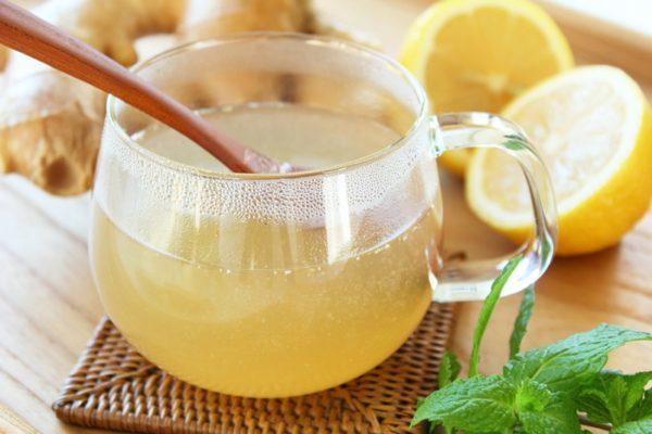 Медово-лимонный напиток отлично устраняет тошноту