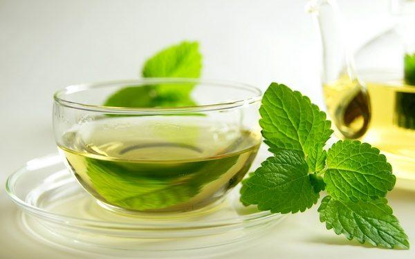 Мятный чай в больших количествах способен вызывать изжогу и неприятные ощущения в горле