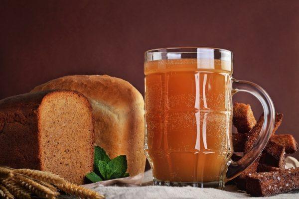 Натуральный хлебный квас содержит массу полезных веществ и способствует быстрому восстановлению организма при похмелье