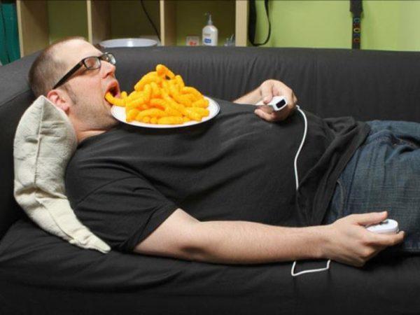 Нельзя  есть лежа и лежать после еды