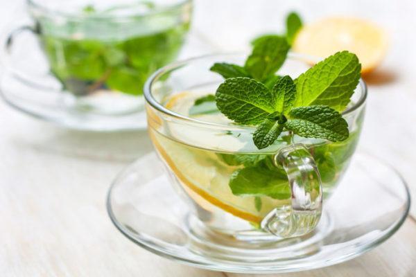 Несладкий мятный чай тоже хорошо приглушает голод и помогает уменьшить дискомфорт до следующего приема пищи
