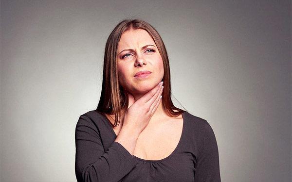 Одним из ранних признаков развития рака является затрудненное глотание, чувство застревания кусочков пищи в горле
