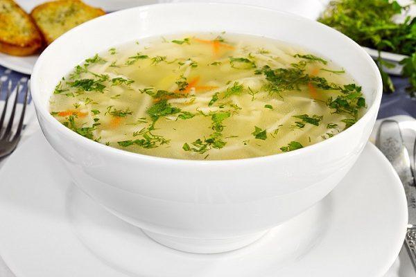 Основой диеты должен быть куриный бульон и легкие овощные супы