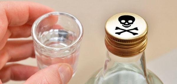 Отравление алкоголем тоже вызывает рвоту с примесью желчи