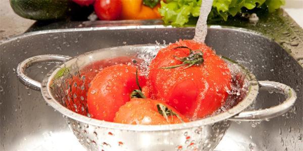 Овощи и фрукты рекомендуется мыть кипяченой водой