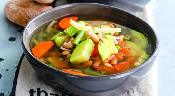 Овощной суп на обед отлично утолит голод