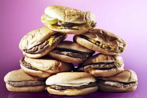 Переедание и некачественная пища провоцируют нарушение пищеварительных процессов, что часто проявляется болью внизу живота