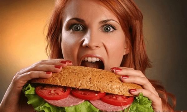 Переедание не только способствует развитию желчекаменной болезни, но и негативно воздействует на всю пищеварительную систему