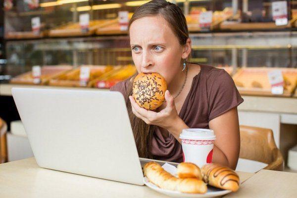 Питание на бегу или в состоянии стресса не только не приносит пользы, но и вызывает серьезные расстройства пищеварительных процессов