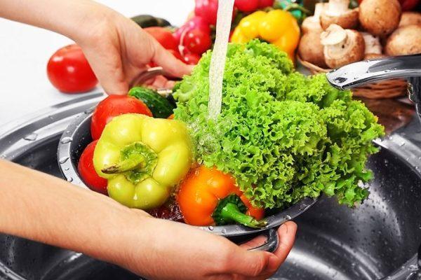 Плохо промытая зелень и продукты могут стать причиной заражения