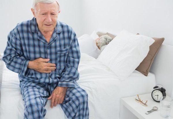 Пожилым людям, а также тем, у кого иммунитет ослаблен перенесенным заболеванием или диетой, проводить подобную процедуру рекомендуется лишь после консультации с врачом