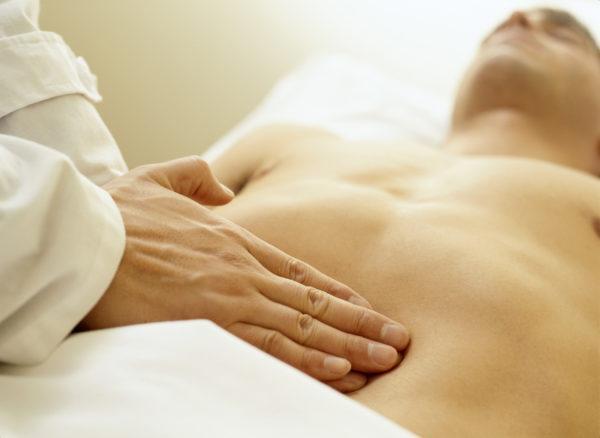 При болях в животе и диарее стоит посетить врача