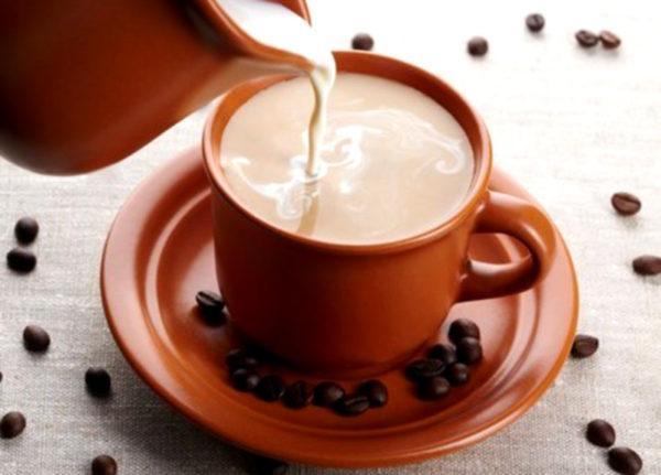 При гастрите с повышенной кислотностью добавление молока в кофе не запрещается