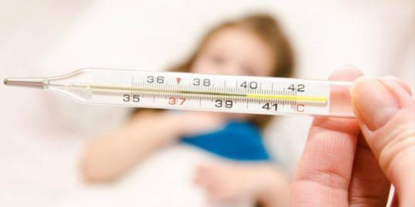 При интоксикации организма боль в животе и тошнота сопровождаются повышением температуры тела и диареей