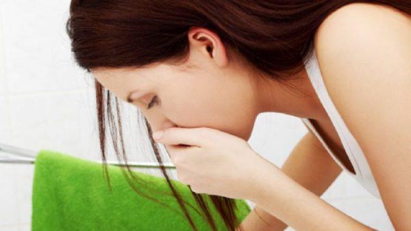 При передозировке лекарственных или витаминных препаратов следует вызвать рвоту, чтобы очистить желудок