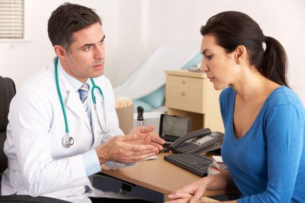 При первичном осмотре врач тщательно собирает анамнез пациента