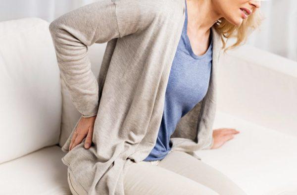 При раке матки ощущаются боли в животе, отдающие в спину