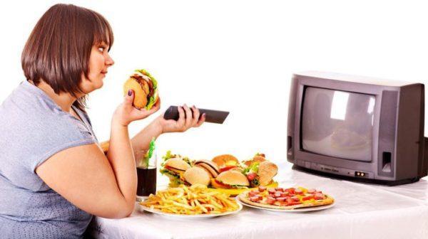 Просмотр фильмов и телепередач во время еды негативно сказывается на пищеварении