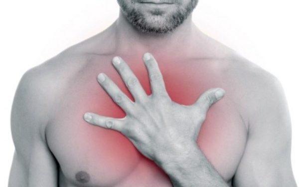 Разрастание раковых клеток вызывает боли в области грудины, отдающие под лопатку. Чем больше прогрессирует рак, тем интенсивнее болевые ощущения