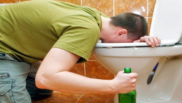 Рвота - один из первых симптомов отравления алкоголем