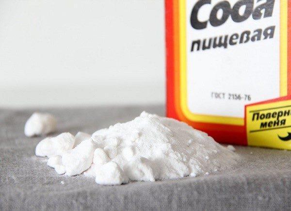 Сода помогает избавиться от изжоги, но при этом агрессивно воздействует на ЖКТ