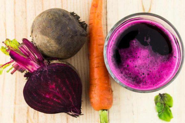 Свежий сок из свеклы и моркови эффективно устраняет боль, а также тошноту и рвоту