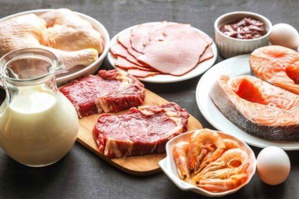 Цельное молоко, жирные сорта рыбы и качественное мясо в рационе здорового человека помогают предотвратить проблемы с желчным пузырем