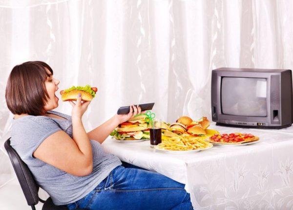 Также не рекомендуется принимать пищу во время просмотра фильмов или телепередач
