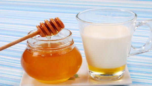 Теплое молоко с медом перед сном поможет справиться с бессонницей