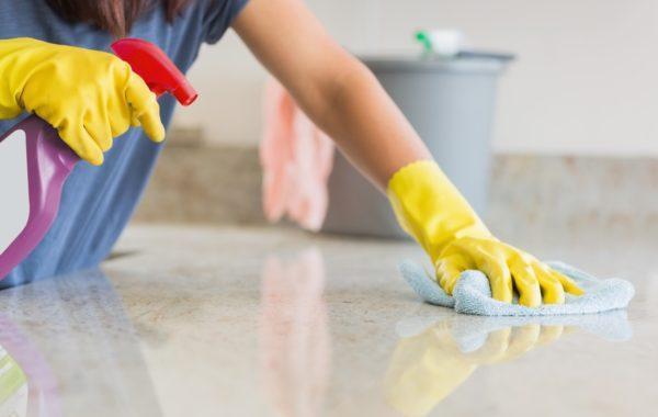 Уборку жилых помещений следует делать ежедневно, причем обязательно использовать дезинфицирующие средства