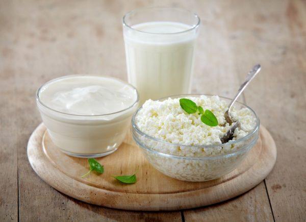 В меню рекомендуется включать молочнокислые продукты - творог, кефир, простоквашу